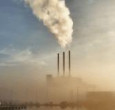 Mist over de kolencentrale aan de Eemshaven